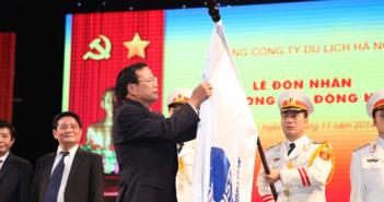 Bí thư Thành ủy Hà Nội Phạm Quang Nghị gắn Huân chương Lao động hạng Nhì lên lá cờ truyền thống của Tổng Công ty Du lịch Hà Nội.